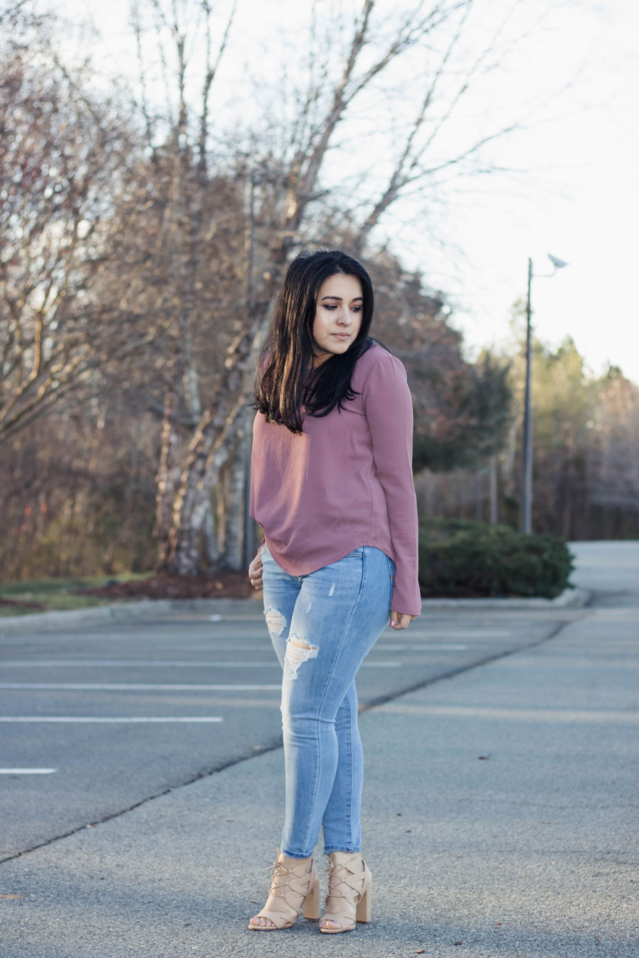spring casual outfit lilac shirt ripped jeans cute sandals